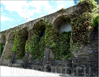 Часть крепостной стены сохранилась по периметру города.