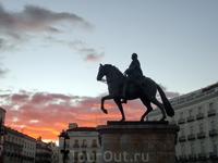 Император Карлос III с высоты постамента наблюдает за бурной жизнью и вместе со мной любуется закатом.
