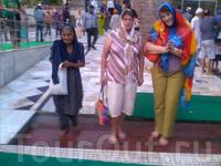 Индия, Дели.  Бангла Сахиб Гурудвара - Сикхский Храм. Перед входом канавка с проточной водой, где входящие омывают ноги.