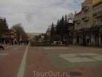 Еще одна панорама пешеходной улицы. В конце улицы виден Пастбищный хребет.