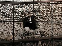 Пирамида из костей из черепов
