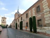 Не только в Алькала де Энарес, но и в других испанских городах, университетское обучение было тесно связано с обучением религиозным.