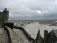Со стен аббатсва открываются потрясающие виды. На фото видна река Куэнон, разделяющая Нормандию и Бретань.