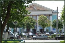 Русский драмтеатр. Первоначально в этом здании располагалась филармония, позднее здесь обосновался театр.