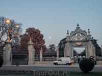Выхожу из парка практически затемно, на небе поднялась огромная полная Луна. Ворота Felipe IV изначально создавались как триумфальная арка для прибытия ...