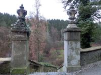 Старая лестница помнит другие времена и других людей, поднимавшихся по ее ступеням к замку.