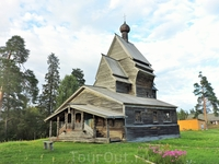 Храм закрыт и не действует, однако рядом расположена действующая церковь XIX века