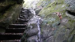 От храма на скалу&quotПетушок&quot ведет крутая&quotЛестница жизни&quot,вырубленная из камня
