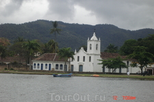 Парати-это и белые церкви,и старинные здания, и горы покрытые тропической растительностью, и  спокойная бухта с красивыми пляжами и островами.