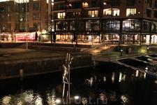 Скульптура на ходулях по реке