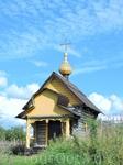 Это маленькая часовня была построена в деревне Волнаволок в 2006 году, вместо двух сгоревших храмов XVIII и XIX веков