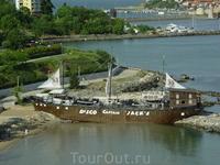 Лодка, которая чётко видна на фото со спутника