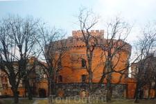 """Башня -редан Кронпринц- часть  оборонительной казармы """" Кронпринц"""",памятник  военно-инженерной архитектуры,в  три  этажа,из  которых  в  настоящее  время ..."""