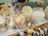 Небольшой базарчик с такими вот симпатишными штучками из ракушек. Тоже Большой Остров
