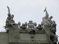 На крыше расположились гигантские жабы, морские чудовища и нереиды с цепями вместо волос.