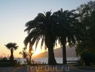 Вечер в Гагре(Утомленное солнце с морем тихо прощалось..)
