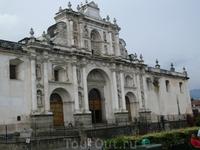 Старая столица страны - Антигуа (Антигуа-Гуатемала), лежит в широкой горной долине Панчой, зажатой между конусами вулканов Агуа, Акатенанго и Фуэго, в ...