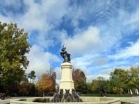 Это El Ángel Caído  - памятник падшему ангелу. Говорят, что это единственный в мире памятник Люциферу.Скульптор Риккардо Беллвера отлил ее в 1878 г. из ...