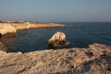 одинокий камень в море .... как мы на этой скале