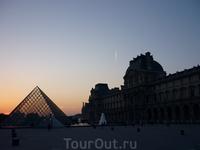 Musée du Louvre Вход в музей через стеклянную пирамиду.