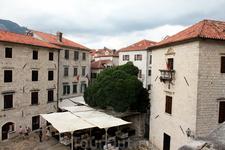 Внутри старинных городских стен Старого Котора немало уютных ресторанчиков.