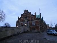 Здание старейшей в мире биржи, построенной при короле Христиане IV.