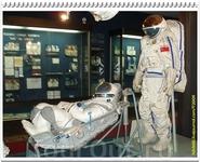 Аварийно-спасательный скафандр семейства «Сокол» в амортизационном кресле и полужёсткий скафандр «Орлан-Д», предназначенный для работы в открытом космосе ...