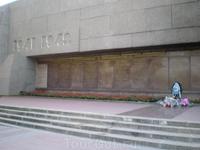 Мемориал героической обороны Севастополя 1941-1942гг. на площади Нахимова. На гранитных досках указаны названия прославленных боевых частей и соединений ...