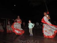 А вечером танцевали сегу с местными жителями