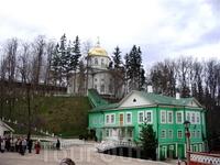 Внутренний двор монастыря с видом на собор