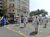 Теперь показались еще одни участники движения - женщины, предваряющие появление Virgen de la Alegría.