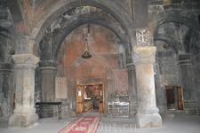 Внутреннее пространство церкви оформлено традиционно просто, и, как и в подавляющем большинстве церквей, здесь царит полумрак.
