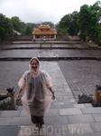 Хюэ. Древняя столица Вьетнама.  Лил дождь пришлось приобрести такую красоту :)) Смотрели императорские гробницы. Брали экскурсию. Пожалели. Лучше мотабайк ...