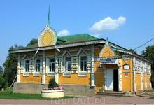 Деревянная постройка у Соборного моста перед входом на территорию кремля. Здесь расположился музей городского быта.