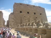 они охраняют вход в храм