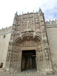 Фасад Коллегии потрясает не меньше, чем фасад церкви Святого Павла. Резьба фасада вся состоит из сплетения разных мотивов и элементов, многие из которых имеют символические значения.