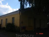 как и у нас в Петропавловке, здесь тоже есть жилые дома - кто-то живёт здесь среди всей этой истории