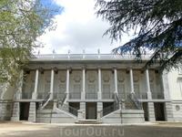 Расположен в парке и дворец герцогини, насчитывающий 3 этажа и увенчанный 4 башнями. Внутри дворца сегодня по инициативе Министерства культуры созданы ...