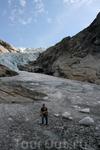 Ходить по леднику можно только с гидом.
