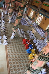 Постепенно вся площадь храма заполняется молящимися. С одной стороны - мужчины, с другой - женщины. Туристы наблюдают все сверху, с балконов.