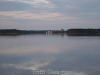 на той стороне озера действующий Мужской Иверский монастырь