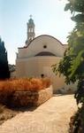 … через дворик церкви Св. Николая, построенной в 1881 г. ….