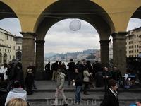Понте Веккио - самый древний мост города. В центре пролетов моста ряд зданий прерывается, уступая место открытой площадке, с которой можно любоваться ...