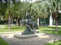 На территории отеля. Статуя