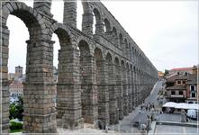 Акведук в Сеговии — самый длинный древнеримский акведук, сохранившийся в Западной Европе. Его длина составляет 728 м, высота 28 м. Является наземным отрезком ...