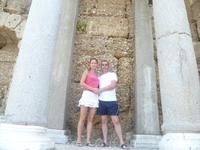 возле стен античного театра Сиде. развалины.