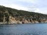 Небольшие пещерки вдоль всего берега