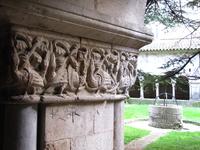 Особенно хороша колоннада; обратите внимание на украшенные искусной резьбой капители колонн.