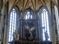 Кроме главного алтаря, в храме находятся еще четыре, выполненных в стиле позднего барокко. Небольшие по размерам, они расположены друг напротив друга по ...