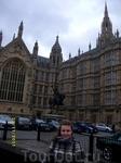 Вокруг Парламента - несколько памятников исторически-великим английиским деятелям - в том числе Кромвелю и Ричарду-Львиное сердце (на фото -последний).